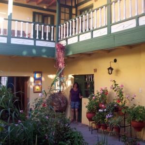 HOSTAL AMARU I - de kamers geven uit op de patio met binnentuin