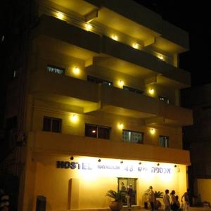 Deze hostel is mooi verlicht s' avonds.