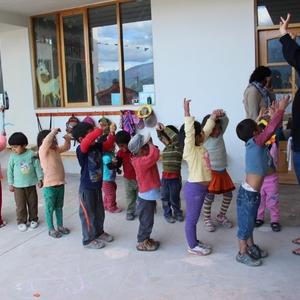 Een vrijwilligster aan het werk met de kindjes.