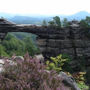 Natuurlijke brug in Pravcicka Brana, Noord-Bohemen
